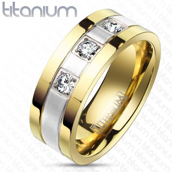 Pokryty złotem pierścionek tytan